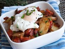 gebakken aardappelen met chorizo, kerstomaatjes en gepocheerd ei