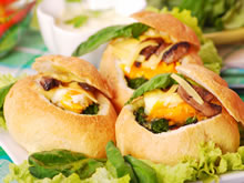gevuld broodje met spinazie en ei