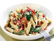 koude pastasalade met verse spinazie