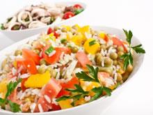 rijstsalade met tomaat, paprika en erwtjes