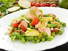 salade met zalm, aardappelen en groentjes